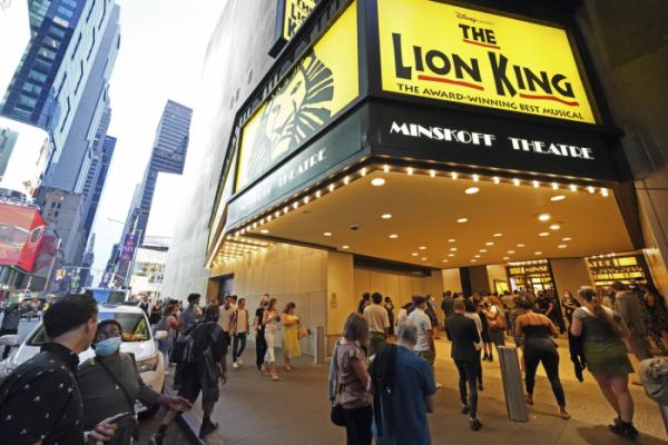 ▲브로드웨이의 '라이온킹' 공연이 14일 뉴욕 민스코프 극장에서 재개된 가운데 관객들이 공연장에 입장하고 있다. 뉴욕/AP뉴시스