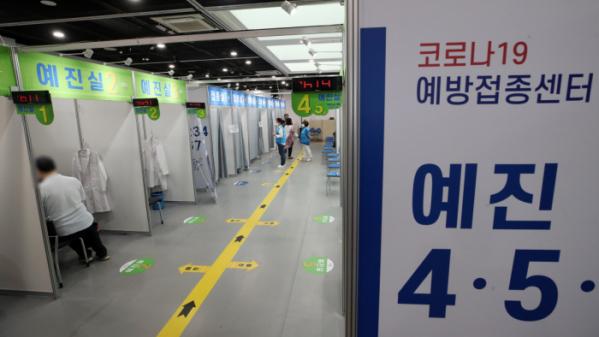 ▲14일 오후 서울 영등포구 코로나19 예방접종센터에서 시민들이 접종을 받기 전 예진실로 이동하고 있다. (뉴시스)