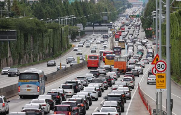 ▲이달 5일 오전 서울 서초구 잠원IC에서 바라본 경부고속도로 상(왼쪽)·하행선의 모습. 성묘와 나들이에 나선 차량들로 하행선이 붐비고 있다. (연합뉴스)