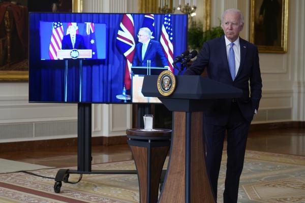 ▲조 바이든 미국 대통령이 15일(현지시간) 백악관 이스트룸에서 보리스 존슨 영국 총리, 스콧 모리슨 호주 총리와 새 안보 파트너십에 대해 논의하고 있다. 워싱턴D.C./AP뉴시스
