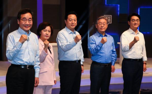 ▲더불어민주당 이낙연(왼쪽부터), 추미애, 김두관, 이재명, 박용진 대선 경선 후보가 14일 오후 서울 마포구 상암동 MBC에서 열린 100분 토론에서 기념촬영을 하고 있다.