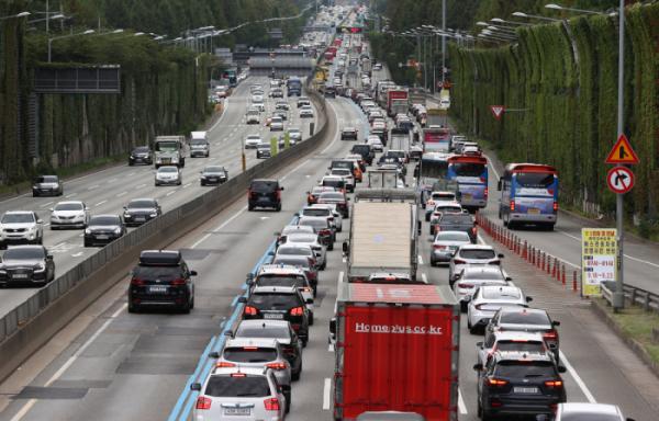 ▲경부고속도로 잠원IC 인근 부산방향 도로가 차들로 가득 차 있다.  (연합뉴스)