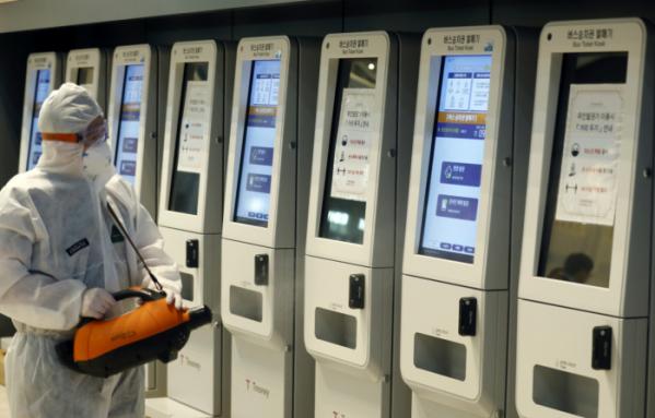 ▲추석 명절을 하루 앞둔 17일 서울 고속버스터미널에서 방역 관계자가 시설 방역을 하고 있다. (뉴시스)
