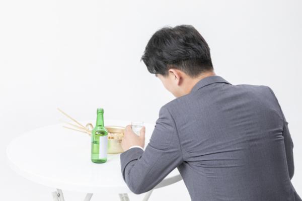 ▲혼술은 스스로 본인 상태를 인지하거나 자제하기 어렵다. 혼자보다 '랜선 술모임' 등을 통해 다른 사람들과 함께 먹는 것도 방법이다.  (출처=이미지투데이)