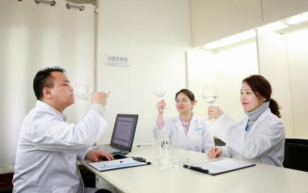 ▲코웨이 환경기술연구소 소속 물 연구원이 물맛 감별을 하고 있다. (출처=코웨이)