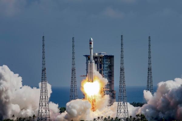 ▲'톈저우 3호'를 실은 운반 '로켓 창정 7호 야오-4'가 20일 중국 하이난성의 원창 우주발사센터에서 발사되고 있다. (로이터/연합뉴스)