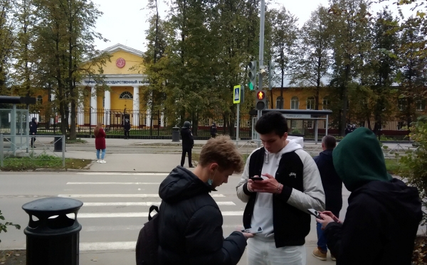 ▲20일(현지시간) 러시아 페름에서 총격 사건이 발생한 뒤 사람들이 페름 주립 대학교 근처에 보인다.  (페름/로이터연합뉴스)
