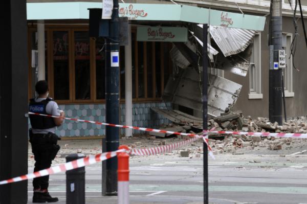 ▲호주 멜버른 인근에서 22일(현지시간) 오전 규모 6.0 지진이 발생한 가운데, 지진 피해로 일부가 무너진 건물 주변을 경찰 당국이 통제하고 있다.