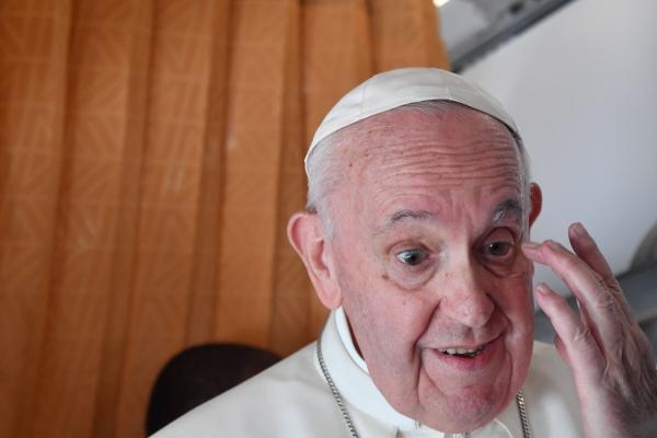 ▲프란치스코 교황이 15일 슬로바키아에서 이탈리아로 돌아오는 비행기 안에서 기자들과 대화하고 있다. 브라티슬라바/AP연합뉴스