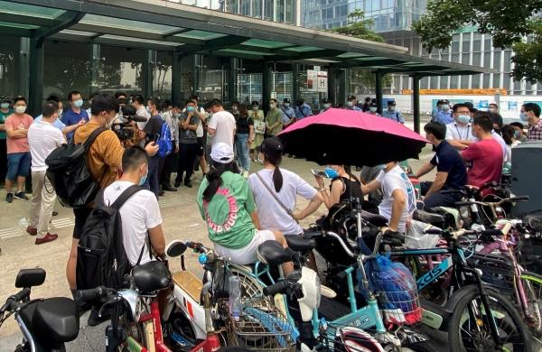 ▲중국 광둥성 선전의 헝다그룹 본사 앞에서 15일 투자자들이 이자 지급을 요구하는 시위를 벌이고 있다. 선전/로이터연합뉴스