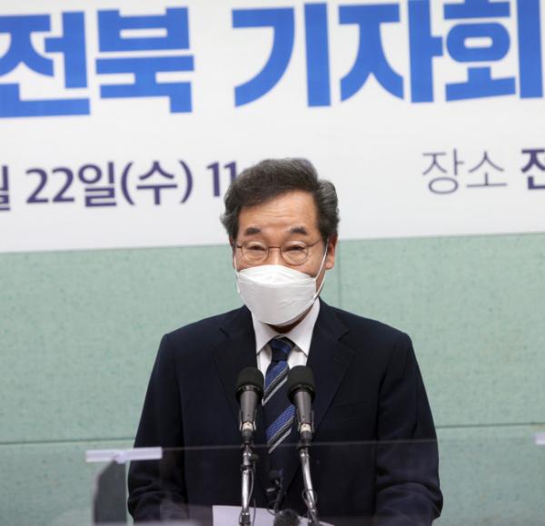 ▲더불어민주당 대권주자인 이낙연 전 대표가 22일 전북도의회를 찾아 지지를 호소하는 기자회견을 하고 있다.  (연합뉴스)