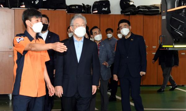 ▲더불어민주당 대권주자인 이재명 경기지사가 22일 서울 동작소방서를 찾아 사회 필수 인력인 소방관들을 격려하고 있다.  (연합뉴스)