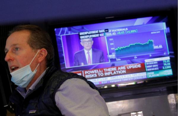 ▲미국 뉴욕증권거래소(NYSE) TV 스크린에 22일(현지시간) 제롬 파월 연방준비제도(연준, Fed) 의장 기자회견 모습이 비치고 있다. 뉴욕/로이터연합뉴스