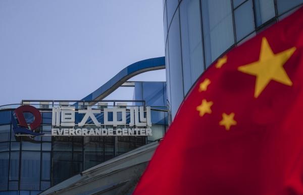 ▲중국 상하이 헝다그룹 건물 앞에 23일 중국 오성기가 보인다. 상하이/EPA연합뉴스