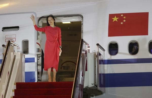 ▲멍완저우 화웨이 부회장이 25일 중국 광둥성 선전시에 도착해 손을 흔들고 있다. 광둥성/신화뉴시스