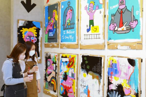 ▲26일 경기도 수원시 권선구 서둔동에 위치한 수원점 5층 Grim+(그림플러스)에서 고객이 작품을 구경하고, 그림 그리기를 체험, 카페를 이용하는 모습 (롯데백화점)