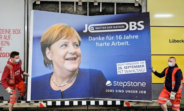 ▲ 23일(현지시간) 독일 북부 도시 함부르크 거리에서 인부들이 앙겔라 메르켈 총리에 대한 감사 표시 광고판을 철거하고 있다.  함부르크/로이터연합뉴스