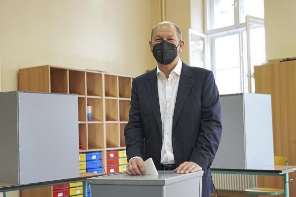 ▲독일 연방하원 총선일인 26일(현지시간) 수도 베를린에서 울라프 슐츠 사회민주당(SPD) 총리 후보가 투표하고 있다. 베를린/AP연합뉴스