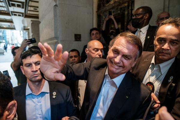 ▲자이르 보우소나루 브라질 대통령이 21일 유엔총회에 참석해 지지자들에게 인사하고 있다. 뉴욕/로이터연합뉴스