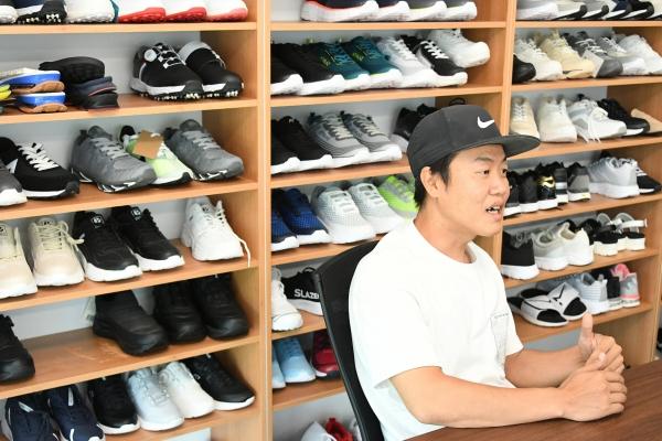 ▲부산 강서구에서 신발 제조업체를 운영하고 있는 권상찬 대표가 16일 이투데이와 인터뷰를 하고 있다. (사진제공=BNK부산은행)