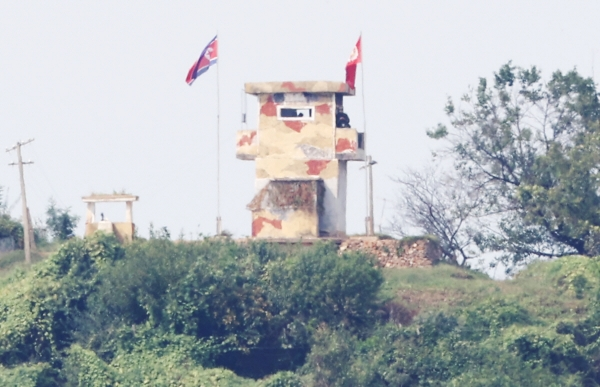 ▲24일 경기도 파주시 접경지역에서 바라본 임진강변 북한 초소에 북한군이 경계근무를 서고 있다. 연합뉴스