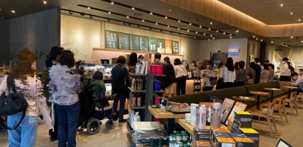 ▲28일 오전 8시경 서울 소재 한 스타벅스 매장에서 고객들이 줄 서서 대기하는 '오픈 런'이 벌어지고 있다. (김혜지 기자 heyji@)