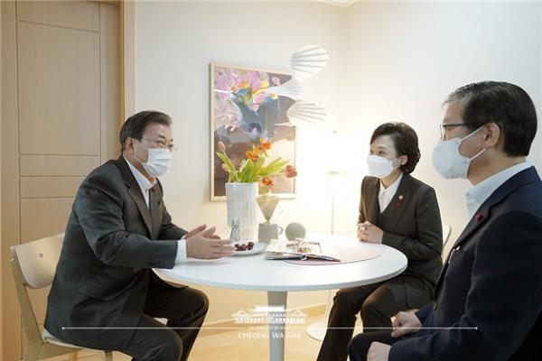 ▲문재인 대통령(왼쪽)이 지난해 12월 화성동탄 임대주택을 방문했을 당시 모습. (사진제공=김상훈 의원실)