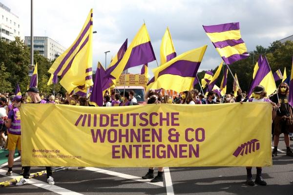 ▲독일 베를린에서 11일 한 시민단체가 민간업체 주택을 몰수해 공공임대로 돌리는 것을 요구하는 시위를 벌이고 있다. 베를린은 26일 해당 안건에 대한 주민투표가 총선과 함께 실시돼 과반 찬성을 얻었다. 베를린/로이터연합뉴스