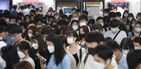 ▲6월 30일 오전 서울 구로구 신도림역에서 직장인들이 출근을 위해 이동하고 있다. (뉴시스)