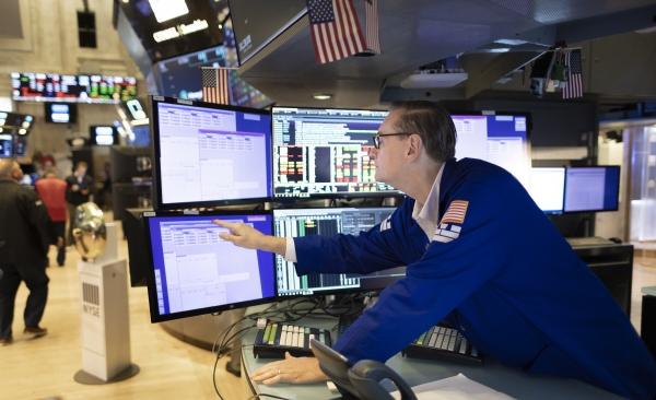 ▲미국 뉴욕증권거래소(NYSE)에서 28일(현지시간) 트레이더가 모니터를 보고 있다. 뉴욕/EPA연합뉴스