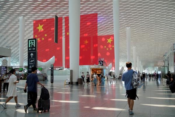 ▲30일 중국 광동성 선전 바오안 국제공항에서 국경절과 황금연휴를 앞두고 여행객들이 지나가고 있다. 선전/로이터연합뉴스