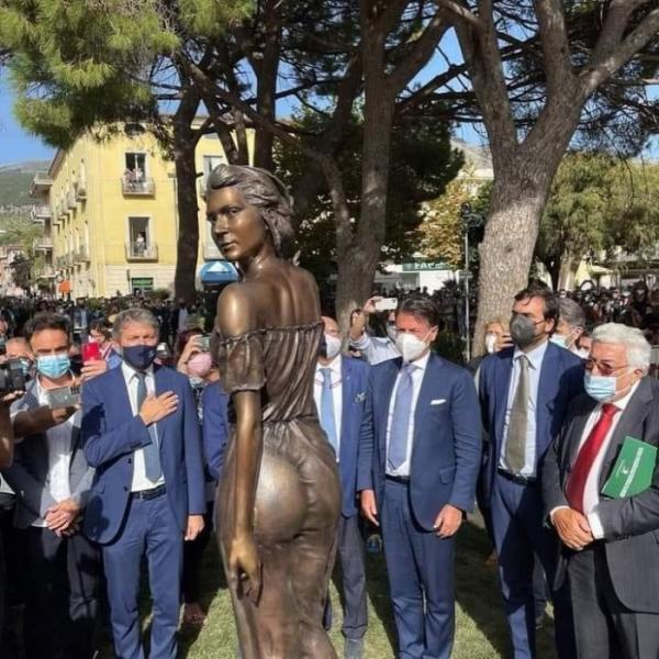 ▲이탈리아 캄파니아 주 살레르에 새로 설치된 '사프리의 이삭 줍는 사람' 여성 동상 (Rossella Muroni 트위터 캡처)