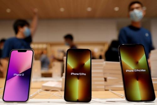 ▲중국 베이징에 위치한 애플 매장에 아이폰13이 진열돼 있다. 베이징/로이터연합뉴스