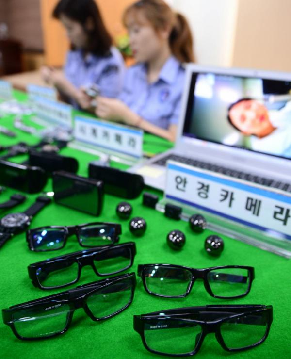 ▲2017년 8월 31일 인천 중구 인천세관본부에서 세관 직원들이 손목시계형, 안경형 몰래카메라 등 압수품을 공개하고 있다. (뉴시스)
