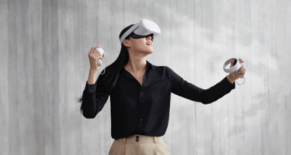 ▲페이스북은 2014년 오큘러스 인수 이후 VR 기술의 발전과 메타버스 생태계 조성을 위해 끊임없이 투자해왔다. 사진은 모델이 페이스북의 VR 헤드셋 '오큘러스 퀘스트 2'를 쓰고 시연하는 모습. (페이스북)