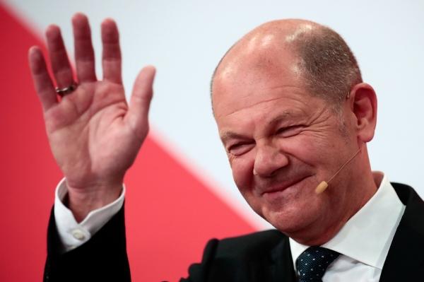▲울라프 슐츠 독일 사회민주당(SPD) 총리 후보가 지난달 26일 연방의원 총선거 출구조사 결과 발표 직후 베를린 당사에서 당원들에게 손을 흔들며 미소짓고 있다. 베를린/로이터연합뉴스