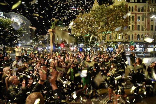 ▲스웨덴 스톡홀름에서 지난달 29일 사람들이 거리로 나와 신종 코로나바이러스 감염증(코로나19) 조치 해제를 기념하고 있다. 스톡홀름/AP연합뉴스