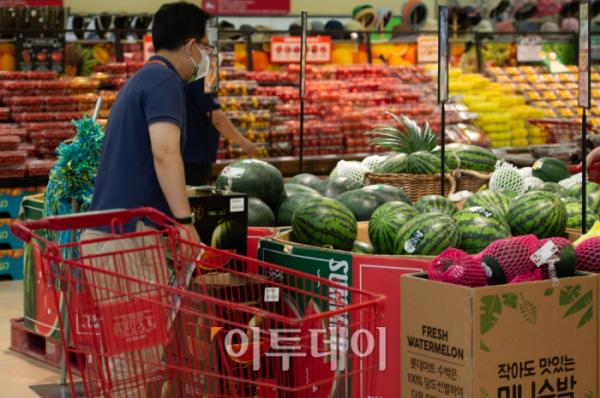 ▲7월 2일 서울 시내의 한 대형마트에서 시민이 장을 보고 있다. 조현호 기자 hyunho@ (이투데이DB)