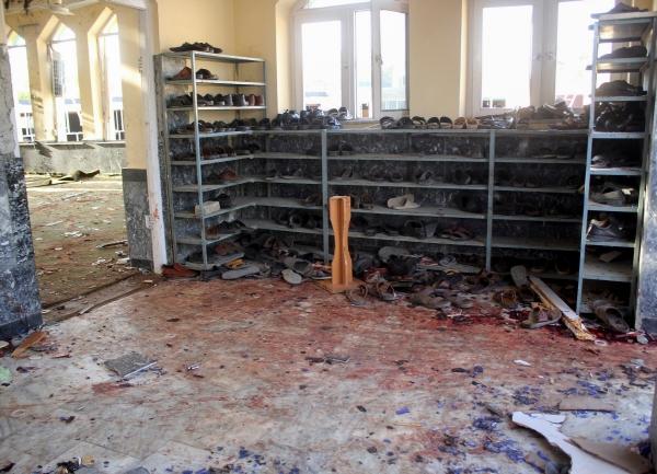 ▲아프가니스탄 쿤두즈의 한 시아파 모스크가 8일(현지시간) IS-K의 자살 폭탄 테러로 폐허가 됐다. 쿤두즈/로이터연합뉴스