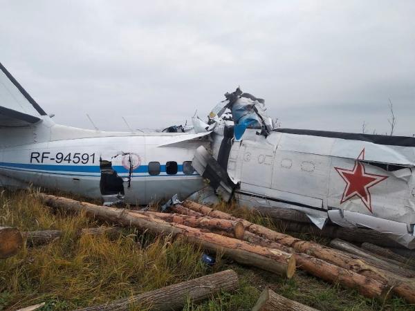 ▲러시아 타타르스탄 자치공화국에서 10일(현지시간) 추락한 비행기가 산산조각이 나 있다. 타타르스탄/로이터연합뉴스