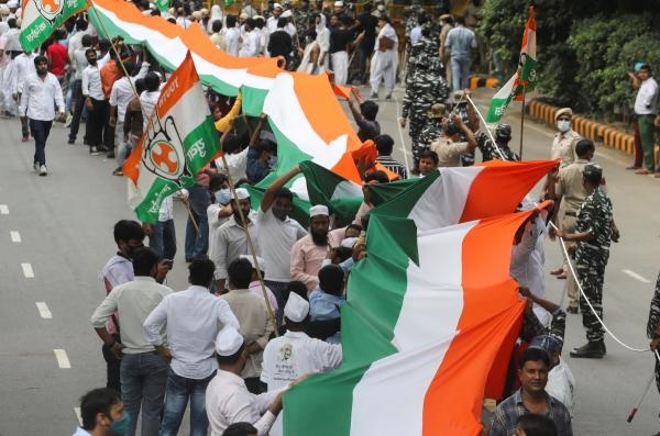▲마하트마 간디 탄생 152주년을 맞아 2일 인도 뉴델리에서 시민들이 국기를 들고 거리로 나서고 있다. 뉴델리/로이터연합뉴스