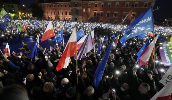 ▲폴란드 수도 바르샤바에서 10일(현지시간) 자국의 유럽연합(EU) 탈퇴인 '폴렉시트(Polexit)'를 우려하는 시민들이 야간에 휴대폰 불빛을 비추고 폴란드와 EU 깃발을 흔들며 시위하고 있다. 바르샤바/AP연합뉴스