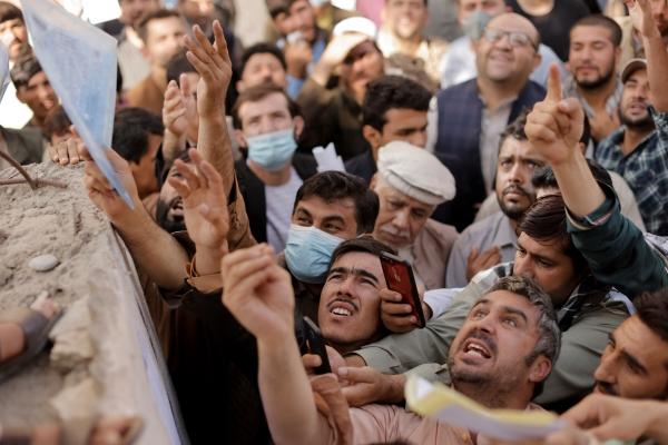 ▲아프가니스탄 카불에서 6일 여권을 발급받으려는 시민들이 몰리고 있다.카불/로이터연합뉴스