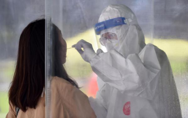▲11일 오후 대구 중구 국채보상운동기념공원에 마련된 임시선별검사소에서 시민들이 코로나19 진단검사를 받고 있다. (뉴시스)