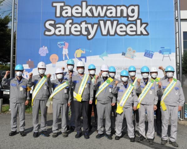 ▲박재용(왼쪽 다섯 번째) 태광산업 섬유사업본부 대표이사가 7일 울산공장에서 건강안전 캠페인을 진행하며 임직원들과 함께 화이팅을 외치고 있다. (사진제공=태광산업)