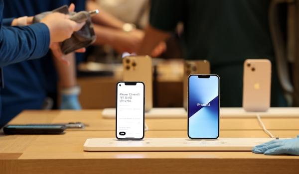 ▲아이폰13 시리즈 판매가 시작된 8일 오후 서울 강남구 가로수길 애플스토어에서 시민들이 제품을 살펴보고 있다. (연합뉴스)