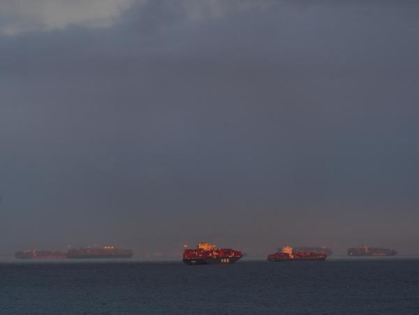▲컨테이너선들이 미국 캘리포니아주 로스앤젤레스(LA) 항구 정박을 위해 인근 바다에 닻을 내리고 대기하고 있다. LA/AP뉴시스
