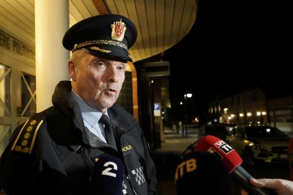 ▲외위빈 아스 콩스베르그 경찰서장이 13일(현지시간) 노르웨이 콩스베르그에서 발생한 화살 공격에 대해 브리핑하고 있다. 콩스베르그/로이터연합뉴스