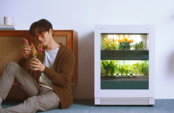 ▲LG전자가 14일 출시한 신개념 식물생활가전 'LG 틔운(LG tiiun)' (사진제공=LG전자)