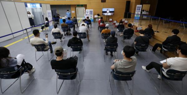 ▲13일 오후 서울 도봉구청 예방접종센터에서 시민들이 접종 후 이상반응 모니터링을 하고 있다. (뉴시스)
